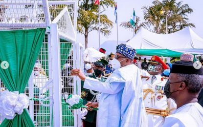 (VIDEO) SEE the moment  pigeons released by Buhari refused to fly at Armed Forces remembrance